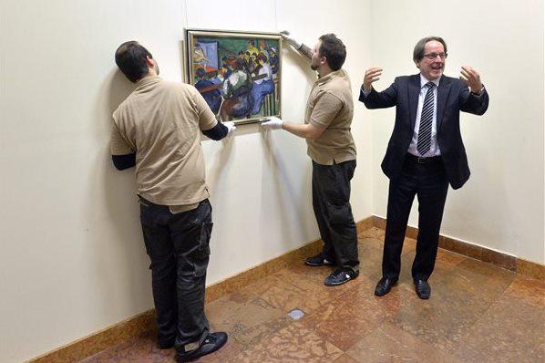 Perlrott Csaba Vilmos Festők iskolája című festményét helyezik a falra
