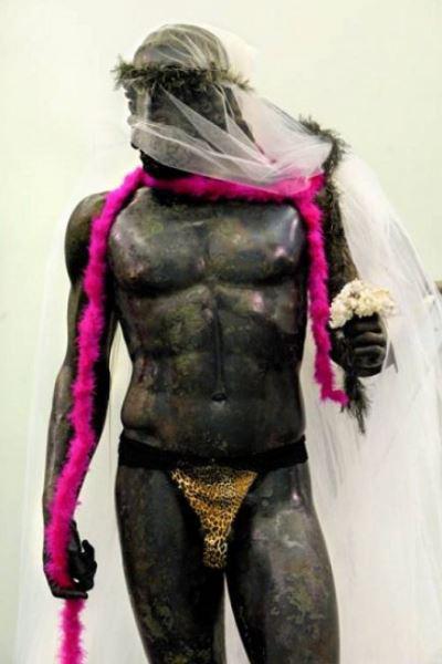 Gerald Bruneau által beöltöztetett szobor