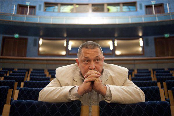 Vidnyánszky Attila a Nemzeti Színház új főigazgatója ül a nézőtéren első munkanapján