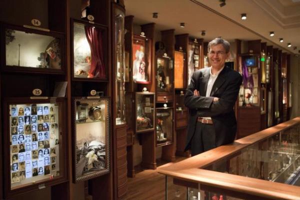 Orhan Pamuk az Ártatlanság Múzeumában