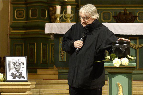 Koltai Lajos operatőr Maár Gyula filmrendező hamvainak megszentelésén 2014. január 10-én