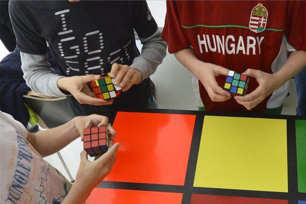 Gyerekek Rubik-kockákkal játszanak a Design Terminálban