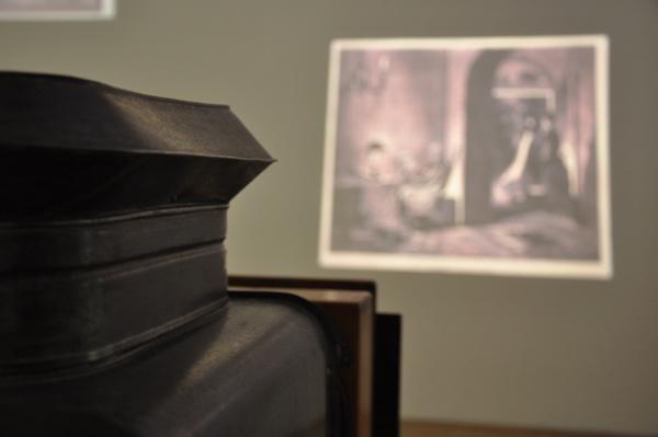 Vetítő mögül a Robert Capa Kortárs Fotográfiai Központ kiállításán