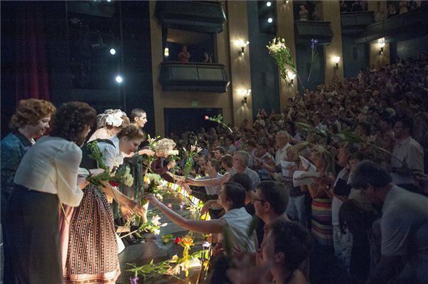 Virágeső az utolsó Mephisto után a Nemzeti Színházban