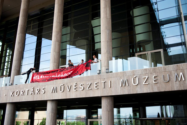 Az Összefogás a Kortárs Művészetért csoport tiltakozása a Ludwig Múzeumnál 2013.05.09-én
