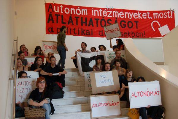 Tiltakozás a Ludwig Múzeum lépcsőjén 2013. május 9-én