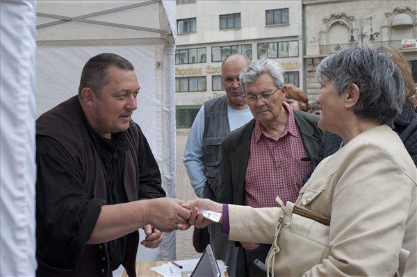 Vidnyánszky Attila jegyeket árul