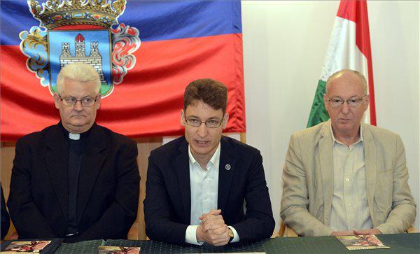 Spányi Antal megyés püspök, Cser-Palkovics András polgármester és Szikora János, a Vörösmarty Színház igazgatója