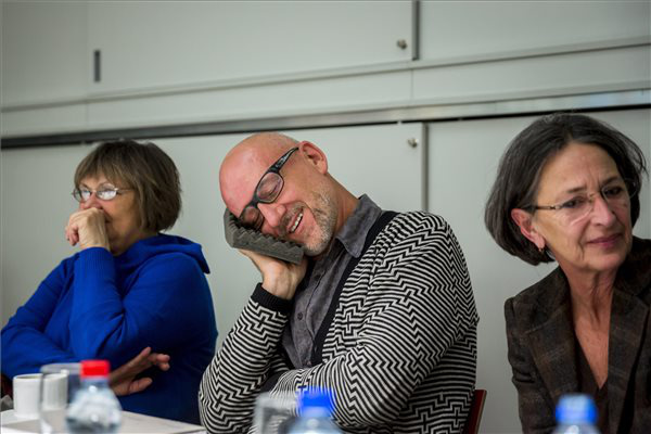 Középen Oleg Kulik az Átmenet és átmenet c. kiállítás sajtótájékoztatóján