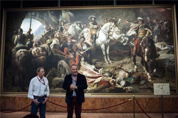 Bellák Gábor főmuzeológus és Gippert László főrestaurátor Benczúr Gyula Budavár visszavétele 1686-ban című festménye előtt