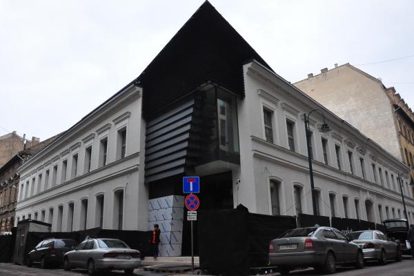 A cím: Mátyás utca 6 - Bejárás a Budapest Music Center épületében 2013. január 13-án