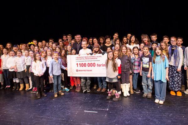 A Budapest Bank támogatásának jelképes átadása az Őze Lajos Művészeti Iskola évzáró gáláján