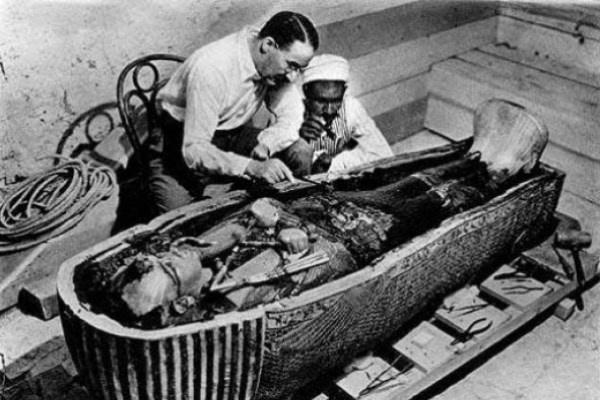 Howard Carter Tutanhamon szarkofágját vizsgálja