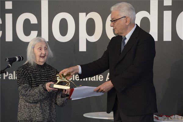 Marisa Merz életműdíjat vesz át Paolo Barattától, a Velencei Biennále elnökétől
