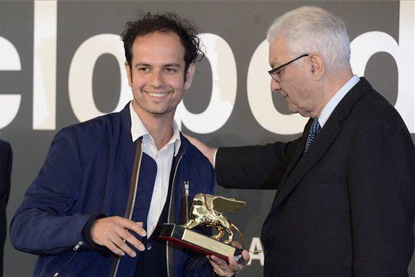 A brit Tino Sehgal átveszi a legjobb művésznek járó díjat Paolo Barattától, a Velencei Biennále elnökétől