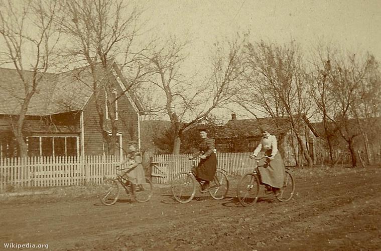 Bringázó nők egy burkolatlan amerikai úton a XIX. század végén