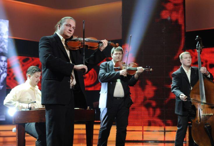 A zenekarok kategória győztese, a Parapács Zenekar a Fölszállott a páva  tehetségkutató sorozatának döntőjén 2012. december 15-én MTI Fotó: Zih Zsolt