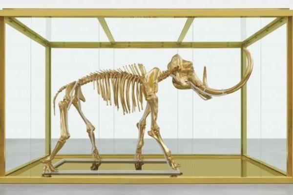 Damien Hirst aranyozott mamutja