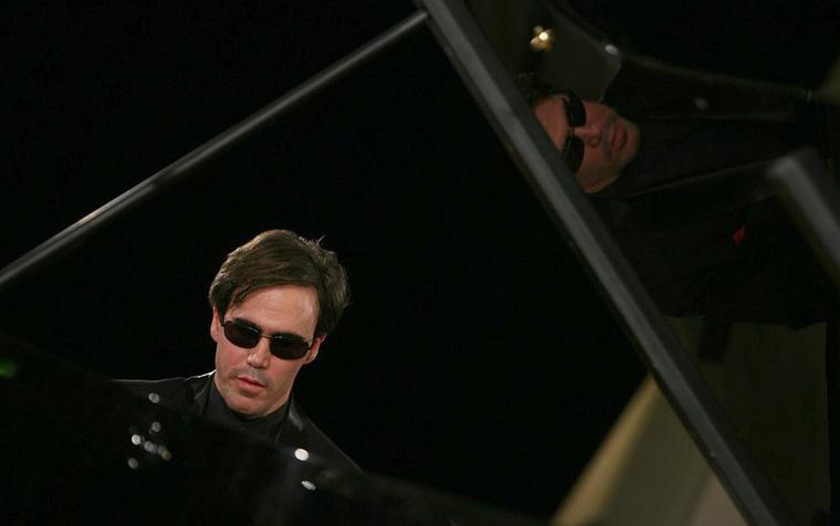 Érdi TamásA kép a 2009-ben a Szépművészeti Múzeumban tartott 30. születésnapi koncerten készült. Érdi Tamás éppen Chopint játszik.