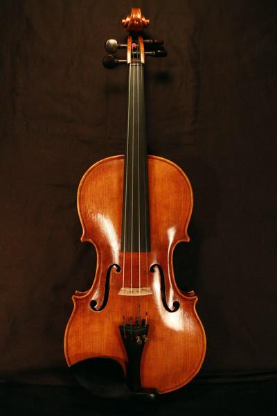 Péteri Károly hangszerkészítő hegedűje