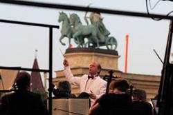 Fischer Iván a Hősök terén vezényel