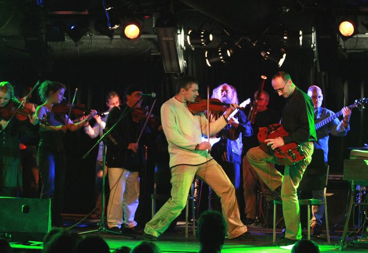 A Free Style Chamber Orchestra szólistája Szerényi Béla tekerőlanton