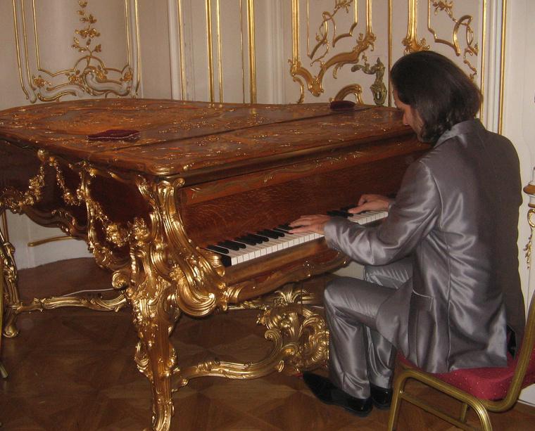 Bogányi Gergely a barokk zongoránál a bécsi nagykövetségen fotó: Zipernovszky Kornél