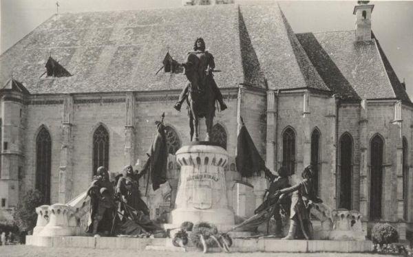 Mátyás király szoborcsoport (archív)