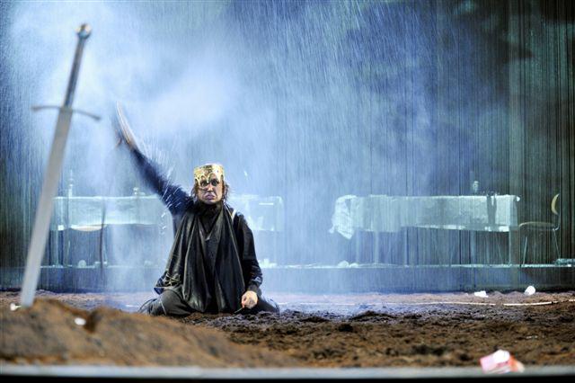 Hamlet - rend.: Thomas Ostermeier (foto: Arno Delcair)
