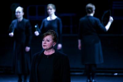 Csákányi Eszter a Bernerda Alba című darabban