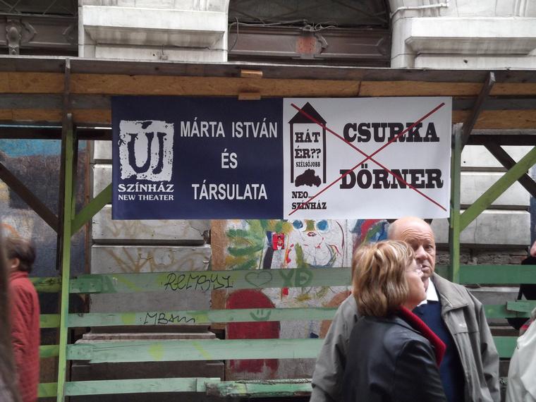 Demonstráció az Új Színháznál