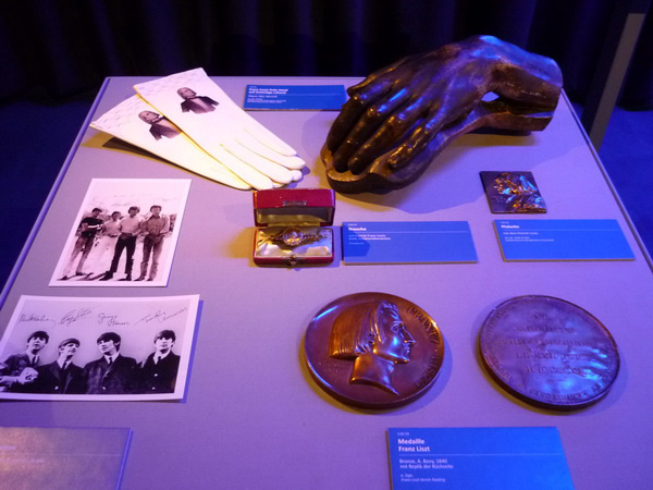 Liszt és Beatles relikviákLiszt kezéről készült plasztika, Liszt-medál és - plakett, valamint dedikált Beatles-fotók