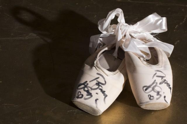 1. tétel Popova Aleszja Kossuth-díjas első magántáncosnő dedikált spicc-cipője - Jótékonysági árverés a Magyar Állami Operaházban