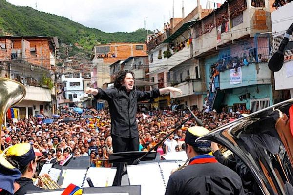 Gustavo Dudame utcai koncerten vezényel Caracasban