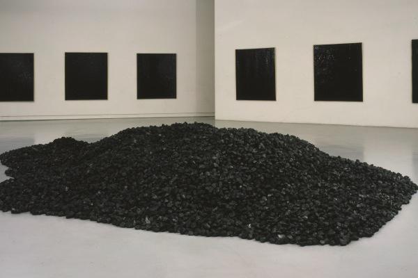 Bernar Venet: Pile of Coal, 1963 (Műcsarnok)