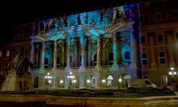 mng épülete fényfestéssel