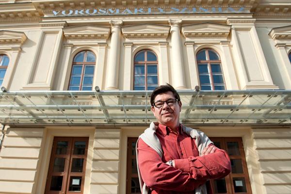 Quintus Konrád a székesfehérvári Vörösmarty Színház előtt