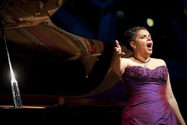 Deborah Cheetham a Pekán nyár című operában