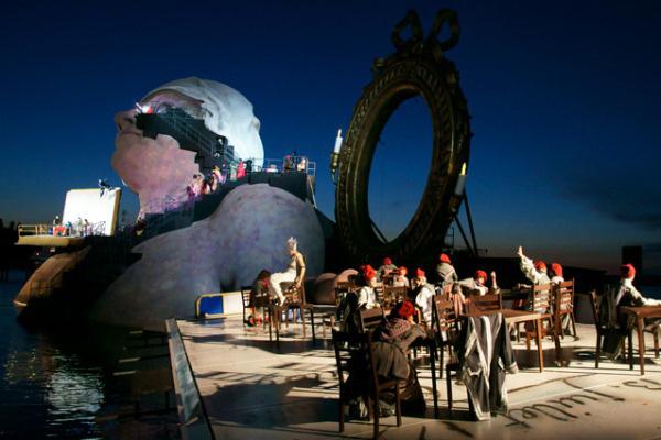 Az André Chénier David Pountney rendezésében a Bregenzi Fesztiválon