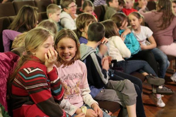 Gyülekező közönség az opera-keresztmetszetek előtt