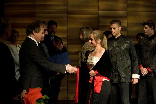 Keller András gratulál a Kelemen Kvartett tagjainak - I. Végh Sándor Vonósnégyes Verseny - díjátadó gála