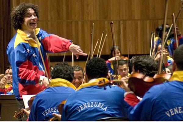 Gustavo Dudamel a Simón Bolívar ifjúsági zenekar élén