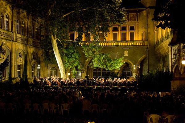 A Szent István Király Szimfonikus Zenekar a Vajdahunyadvárban