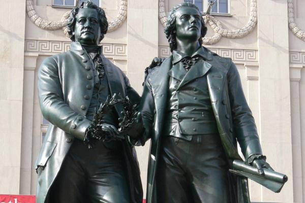 Goethe és Schillerszobra a weimari Goethe és Schiller Archívum előtt