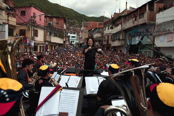 Gustavo Dudamel az El Sistema zenekarát vezényli Venezuelában