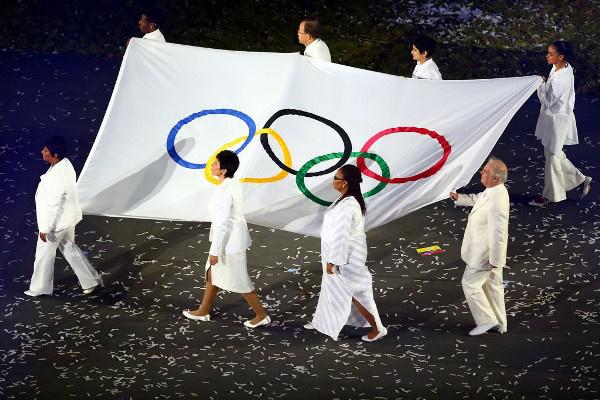 Daniel Barenboim az olimpiai zászlóval