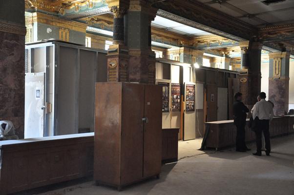Bejárás a Zeneakadémia Liszt Ferenc téri palotájában 2012. augusztus 2-ánEzekben az első emeleti előcsarnokban elhelyezettt tárolókban őrzik az ólomüvegeket.