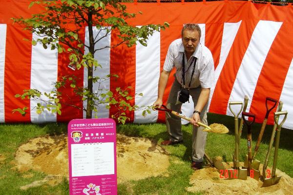 Pinczés István fát ültet Tojamában(Griff Bábszínház)