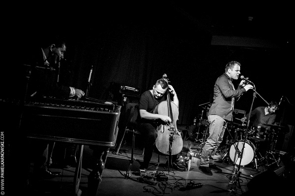 Grzegorz Karnas Trio (Grzegorz Karnas - ének, Adam Oleś - cselló, Sebastian Frankiewicz - dob) feat. Lukács Miklós (cimbalom) - Fotó: Pawel Karnowski