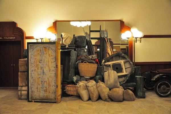 Az előcsarnokot is díszletraktárként használják - Kezdődik a felújítás a 100 éves Erkel Színházban